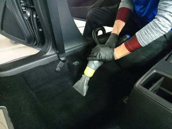 デミオ・プレミアム車内クリーニング・カーペットをクリーニング中