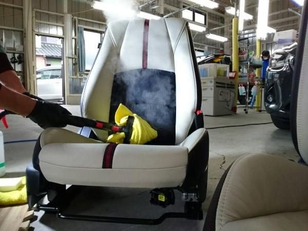 デミオ・プレミアム車内クリーニング・シートクリーニング中3