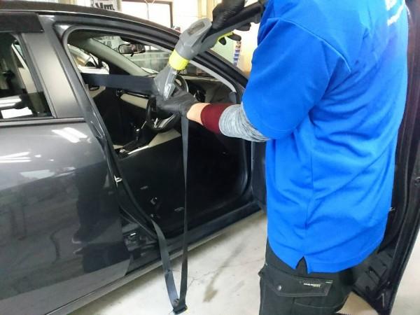 デミオ・プレミアム車内クリーニング・シートベルトをクリーニング中