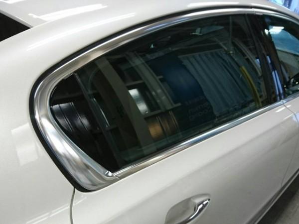 プジョー508・窓ガラスコーティング施工後の右後席窓