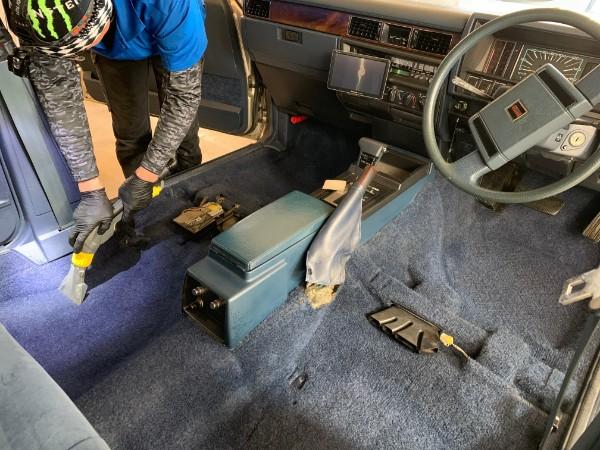Y30セドリック・プレミアム車内クリーニング・カーペット洗浄中