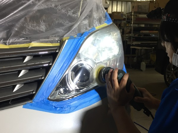 ヘッドライト黄ばみ取り作業工程3・コンパウンドで研磨