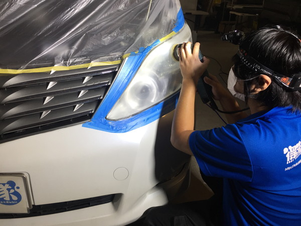 ヘッドライト黄ばみ取り作業工程2・サンディングペーパーで研磨