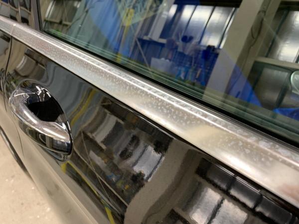 メルセデスベンツC・メッキモール研磨+プロテクションフィルム施工・運転席ドア施工前