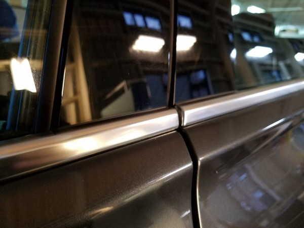 BMW3・窓枠メッキモールクリーニング&コーティング作業後の助手席側ドア下