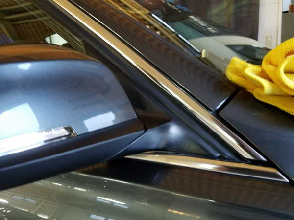 BMW3・窓枠メッキモールクリーニング&コーティング作業後の運転性側ドアミラー付近